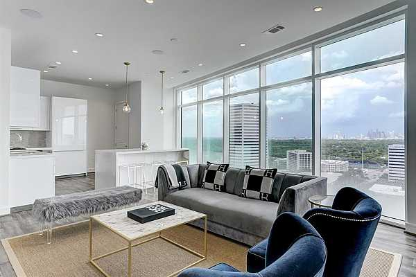 Photo #1 Beautiful open concept unit with breathtaking views from the 20th floor.