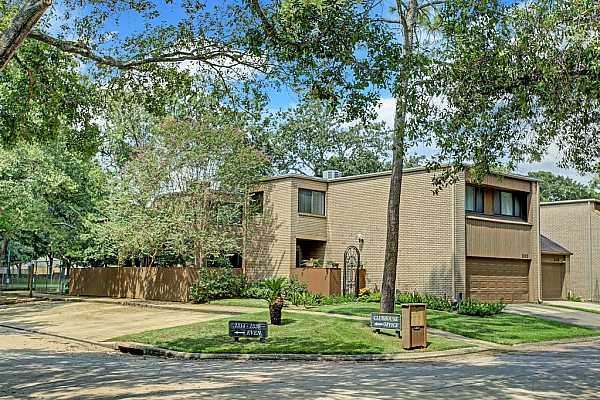 Photo #3 Great location!  Rare, end-unit townhome situated on corner of cul de sac offers privacy and gracious townhome living. Tree-shaded patio, Conveniently located near clubhouse, tennis courts and pool. Guest parking.