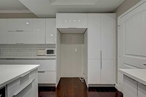 Photo #11 There's plenty of cabinets for storage making it easy to keep a tidy kitchen.