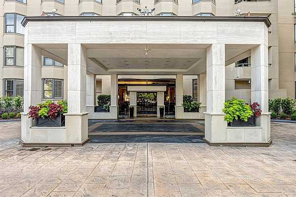 Photo #1 Grand main entrance! Full staff on hand offers concierge services and night time security.