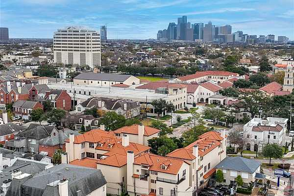 Photo #1 2520 Kingston! A quiet oasis in the heart of Houston. Small gated community situated in River Oaks that offers privacy, walkability, outdoor atrium and yard.