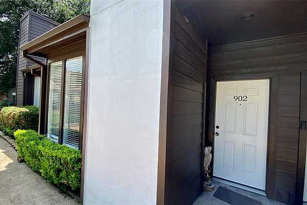 Photo #3 This updated condo is in a PRIME location! Only 5 minutes the Med Center or NRG and only 15 minutes to downtown or U of H campus!