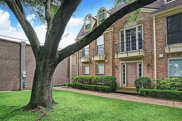 Photo #1 Welcome home to 522 N Post Oak Lane nestled among matured tree lined streets and sidewalks. What makes this property standout from the rest is its physical location being a end corner unit.